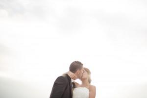 Beso-boda-fondo-cielo-blanco