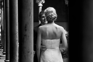 mirada-novio-enamorado-entre-columnas