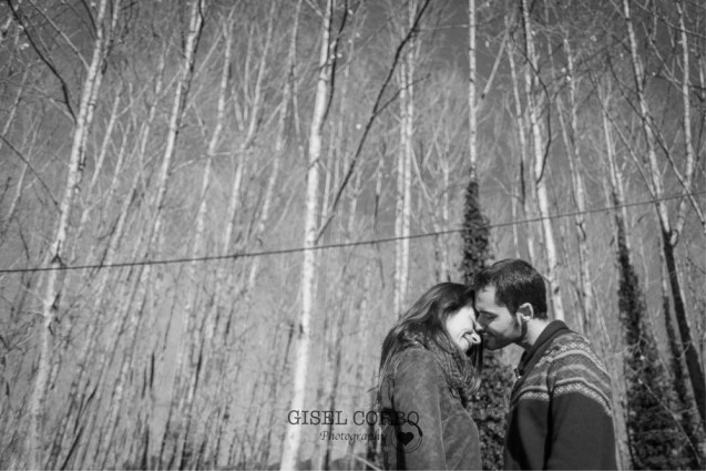 beso-pareja-bosque-arboles
