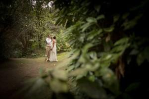 boda-bosque-pareja-paseo