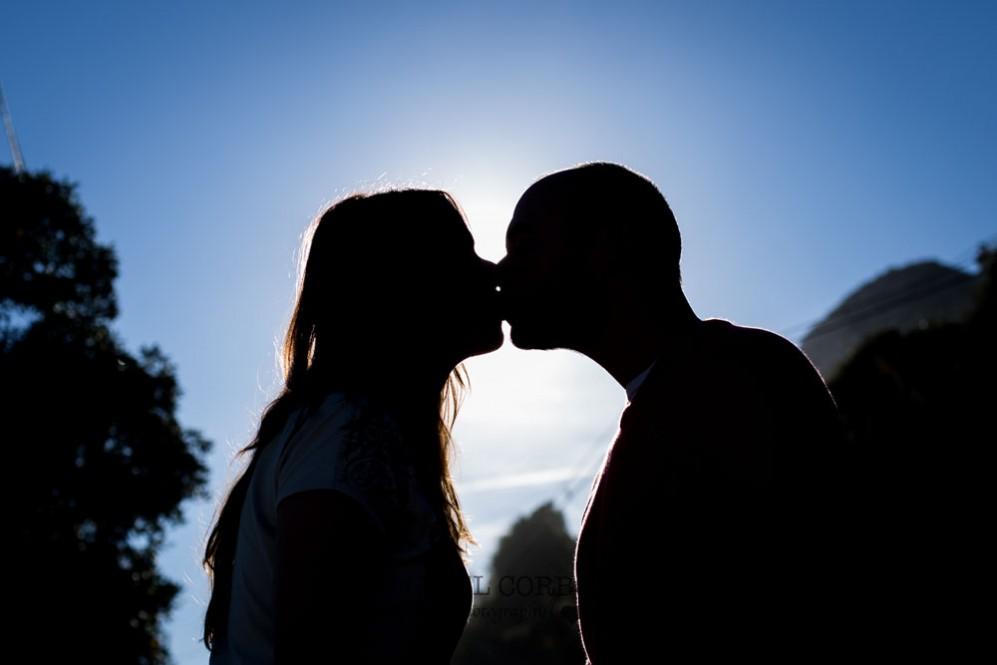 Preboda beso contraluz cielo en sitges