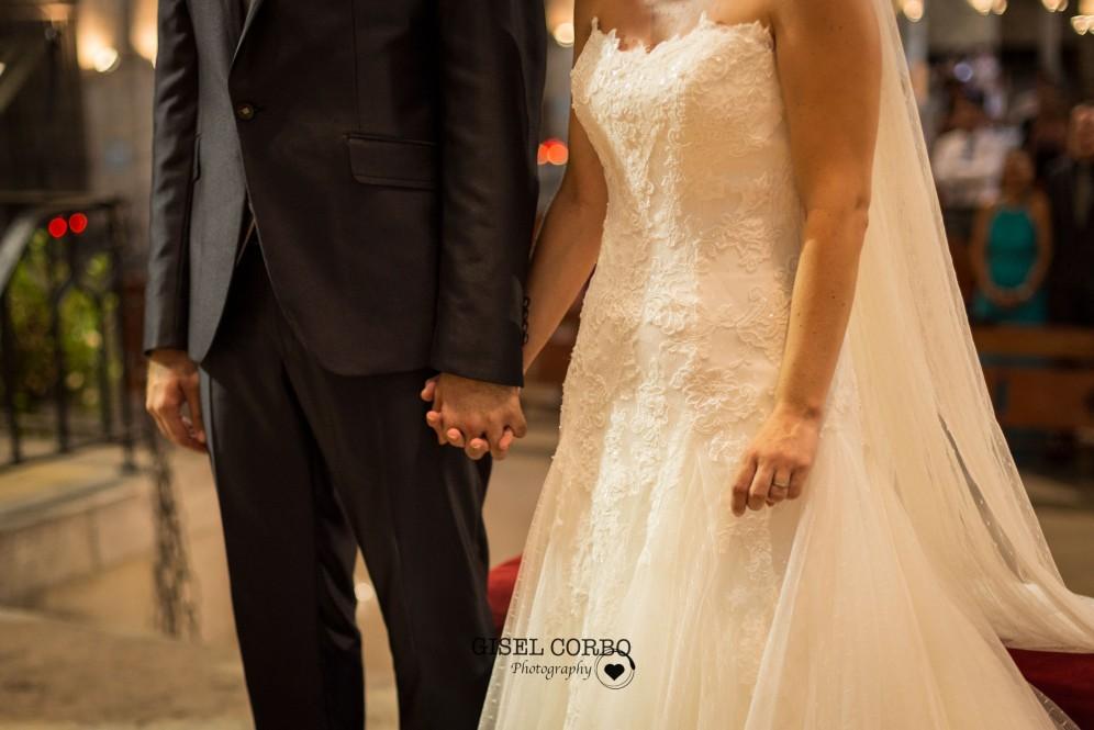 boda barcelona fotografa novios detalles amor manos