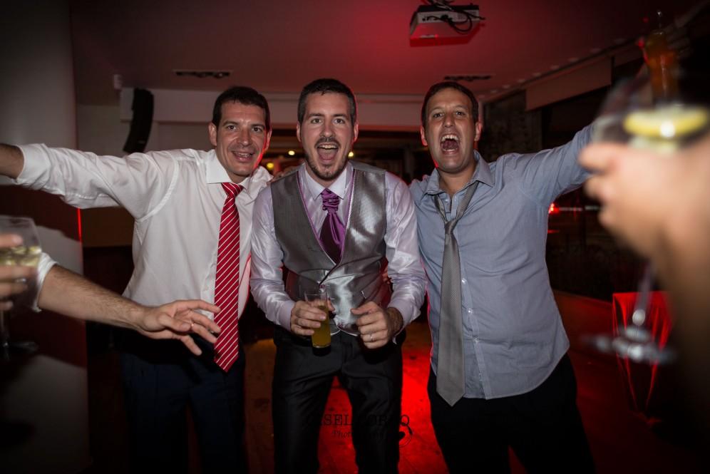 fotografo boda barcelona baile divertido novios amigos