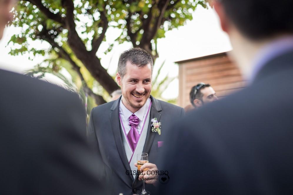 fotografo boda barcelona novio rie feliz