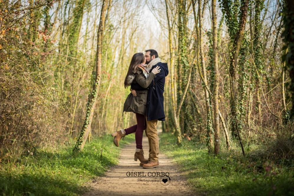022 sesion fotografica preboda girona beso abrazo novios camino arboles