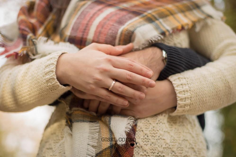 027 sesion fotos preboda barcelona manos anillo compromiso