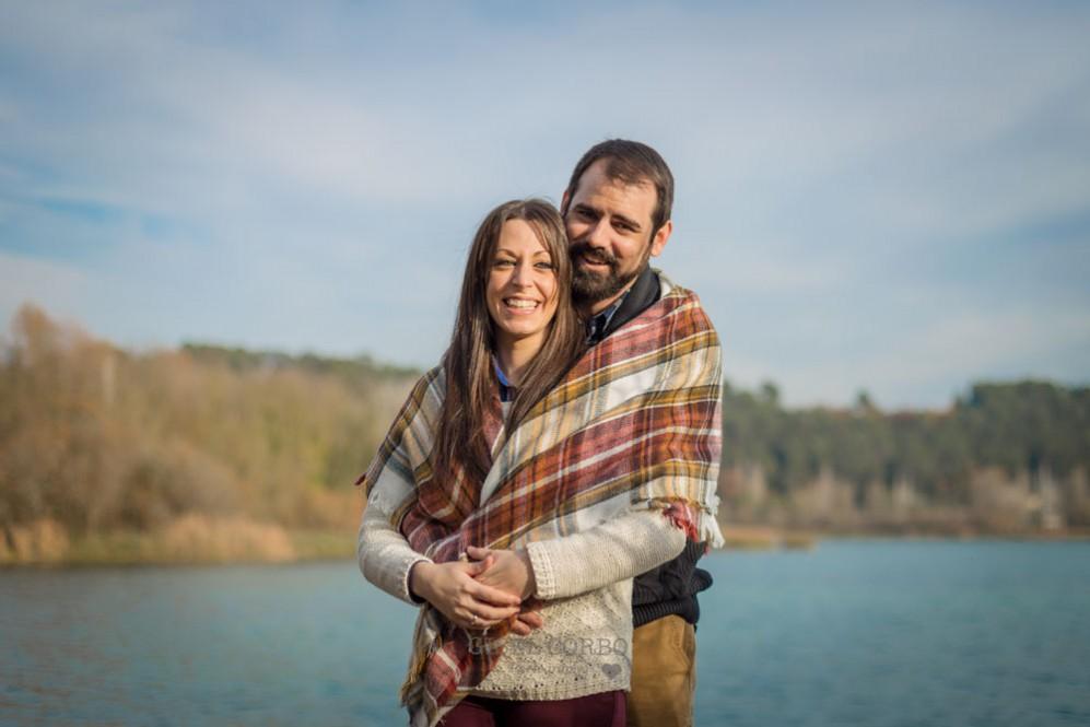 040 sesion fotos rustica barcelona sonrisa novios agua