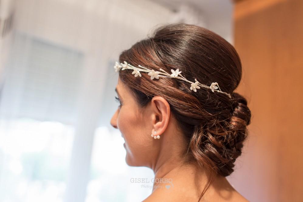11 peinado de nocia recogido con corona de flores y pendientes perlas