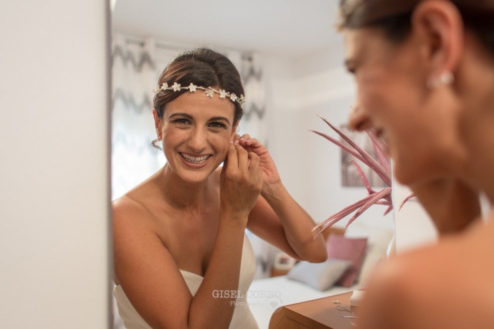 13 novia sonriendo mirandose al espejo