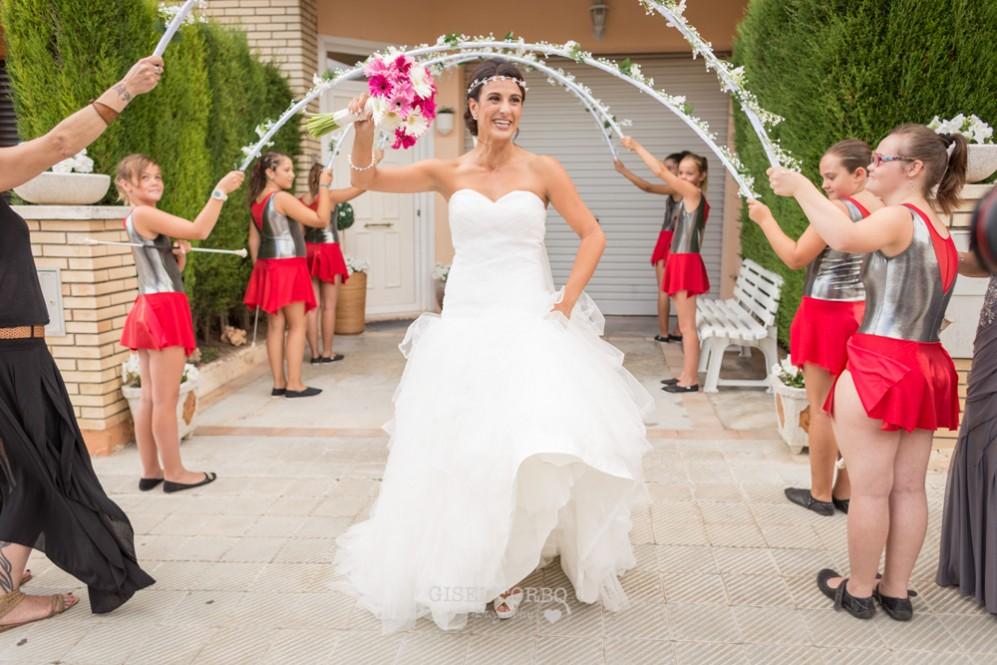 16 novia saliendo de casa con baile y tambores