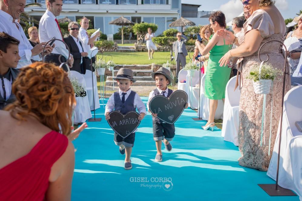 20 niños con carteles llega la novia