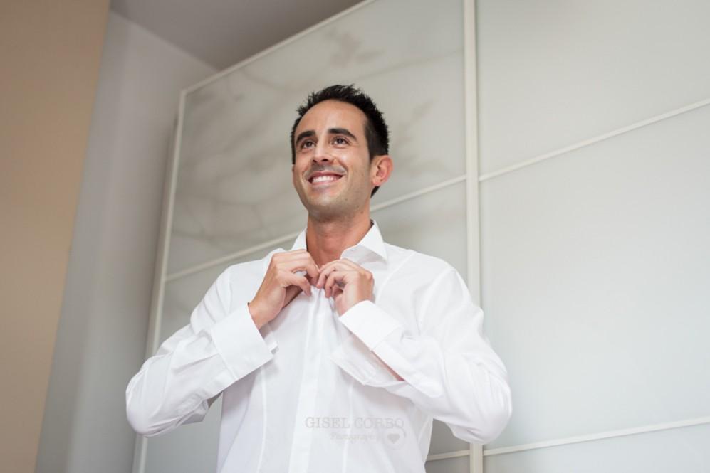 3 novio sonriendo abrochando camisa blanca