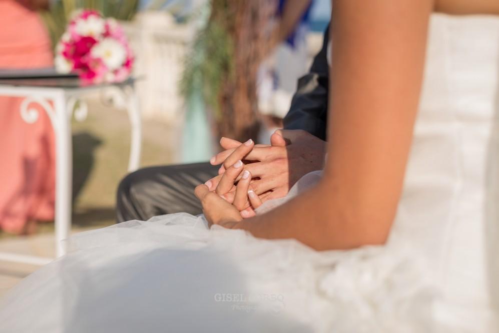 33 manos novios entrelazadas en ceremonia