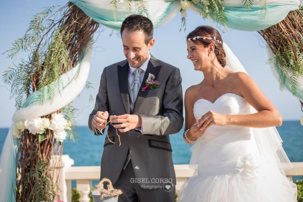 35 novios felices poniendo anillos en boda con vistas al mar