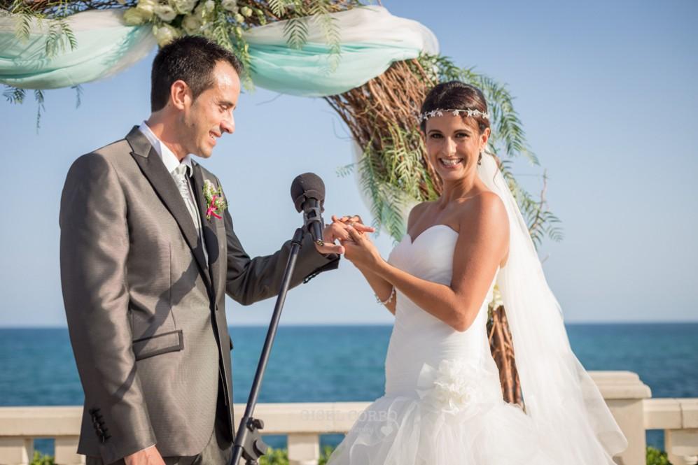 37 novia pone anillo al novio en ceremobia