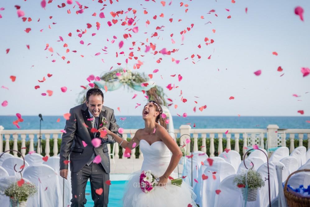 41 momento lluvia petalos y confeti en boda