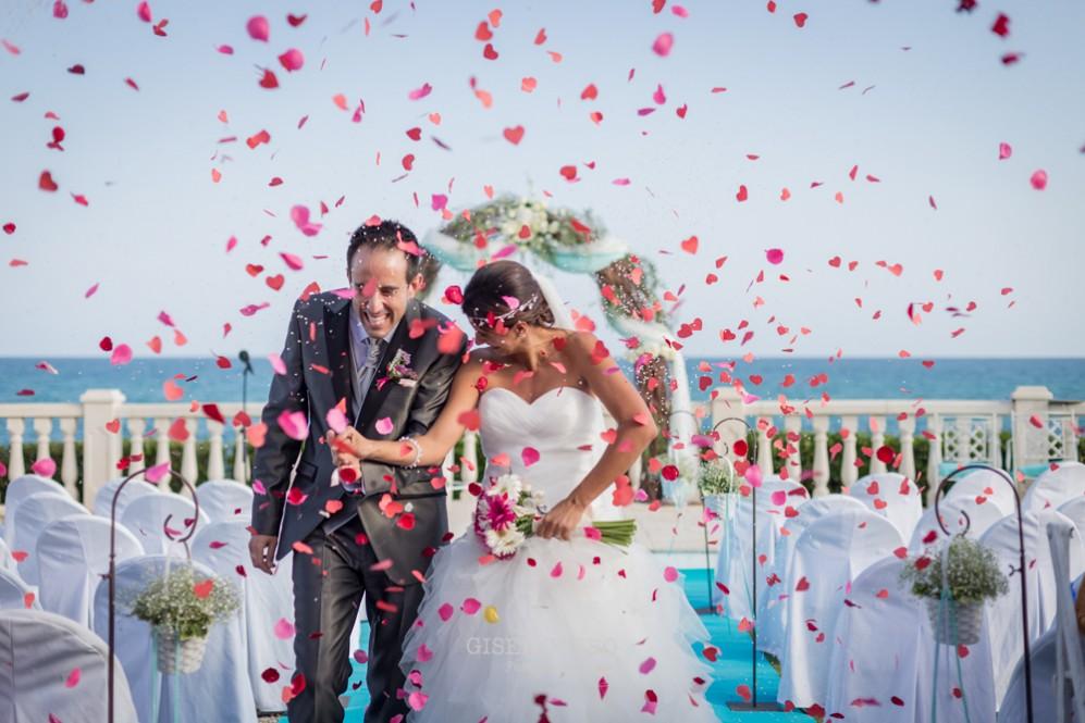 42 lluvia arroz y petalos en boda divertida