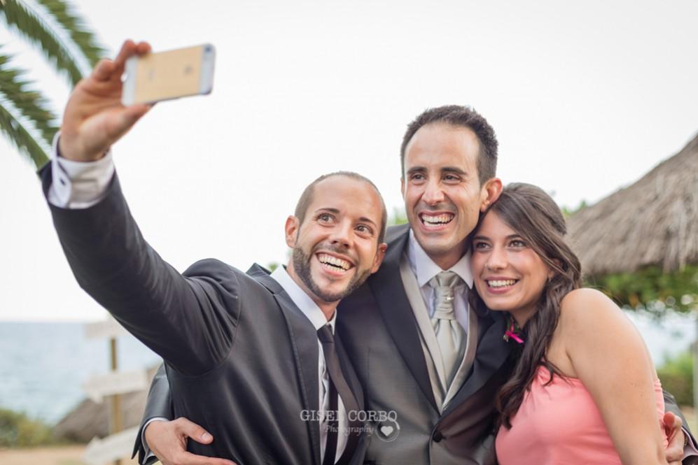 55 novio haciendo selfie con invitados