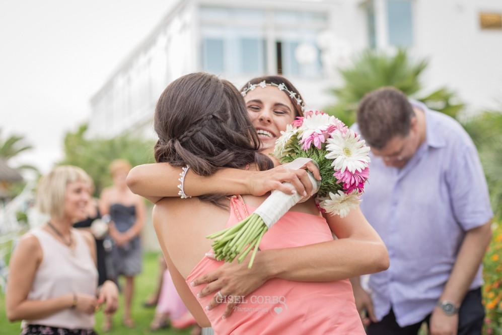 56 amigas de la novia felices abrazandola