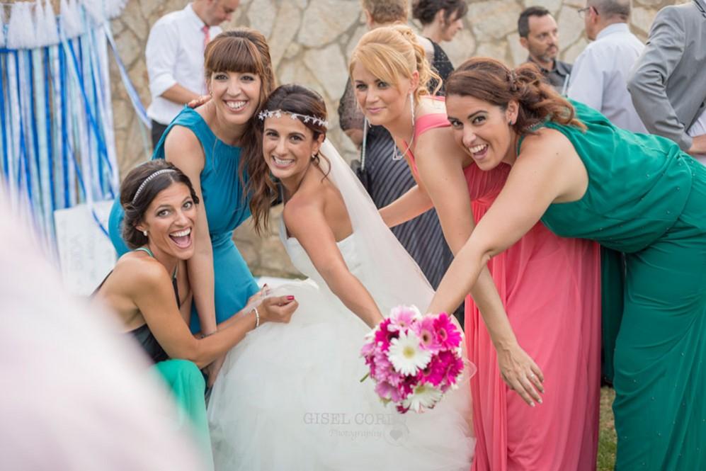 57 amigas de la novia sonriendo foto