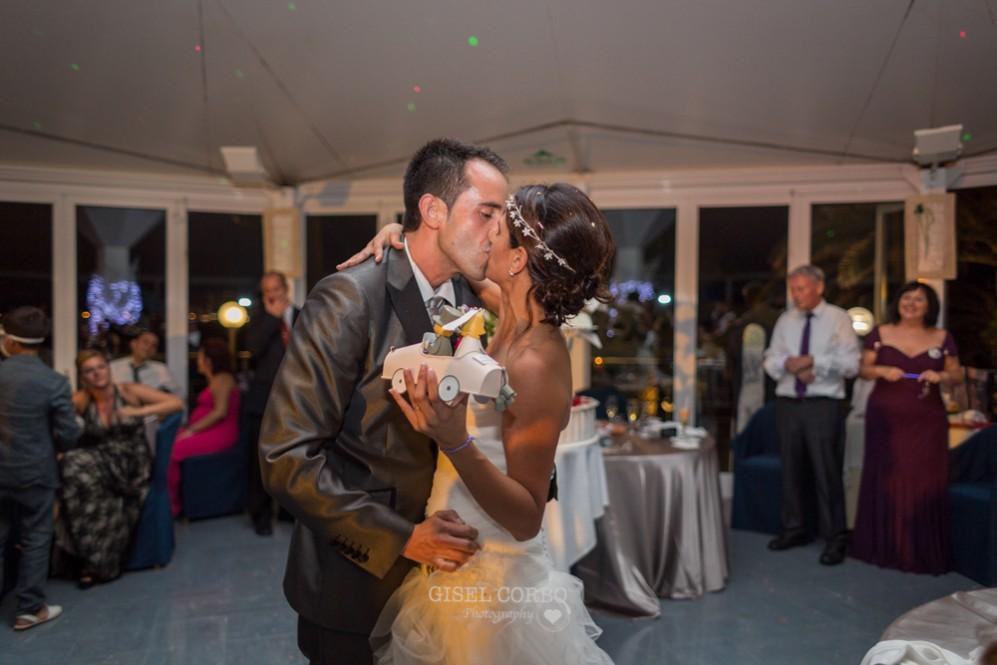 67 beso novios en la boda luego del pastel