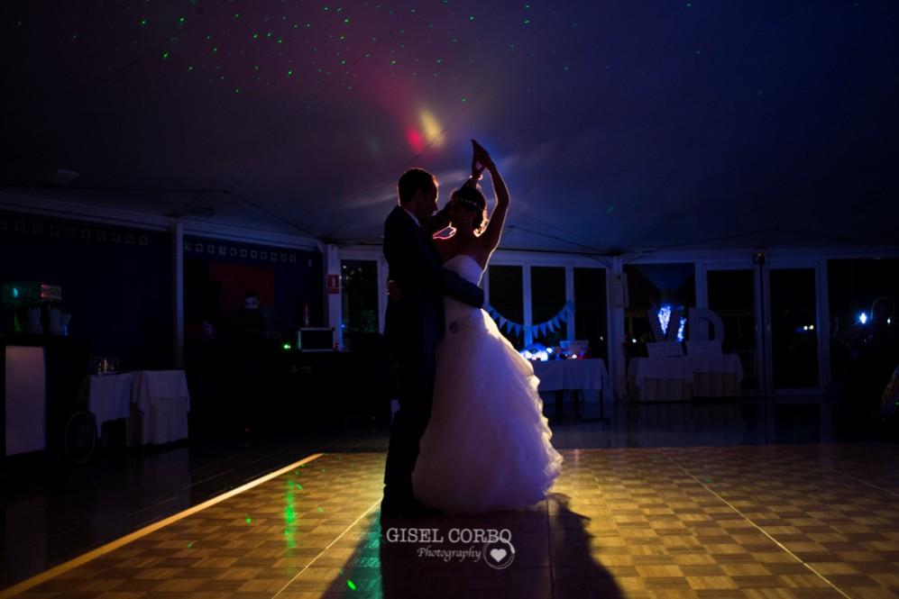 69 baile de novios en boda con luces romanticas