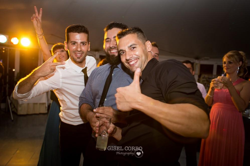 73 amigos del novio en la fiesta de boda