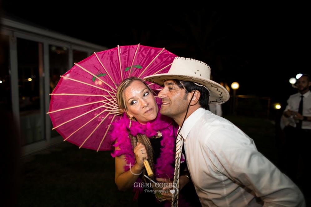 74 photocall divertido boda gorros y plumas
